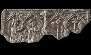 Fragment av ett gammalt så kallat resealtare, som hittades i en trädgård i Skön för två år sedan.