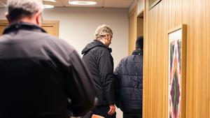 27-åringen som misstänks för dubbelmordet leds in i rättssalen.