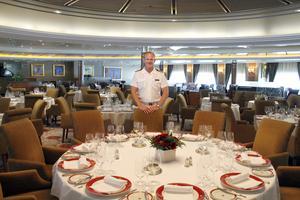 Kaptensbordet. I stora matsalen serveras bland annat välkomstmiddagen och allra finast är att sitta med kaptenen.