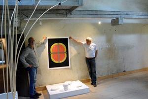 Björn Engström och Olle Medin hänger sin utställning Färg – lera – trä – järn som har vernissage på Bryggeriet på lördag.