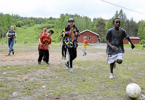 Efter löpningen fick eleverna leka fritt. Åttaåriga Mahjub Saleh Idris har bollen.
