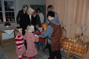Riddarna såg till att barnens julpåsar delades ut på bästa sätt i sakristian.