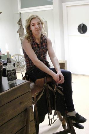 Hanna har inrett sin Wild Hair Saloon, med western-stuk på det mesta, tillsammans med sambon Stefan Hildingsson, välkänd tv 4-bonde.