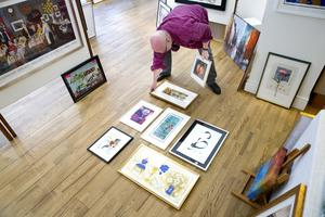 Instinkt. Konstnären Anders Hultman går på känn när han hänger tavlor. Här ordnar han bilder i grupp, enligt gyllene snittets regel, fast mest som han själv tycker för att skapa     dramatik.