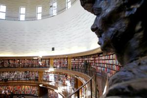 August Strindbergs ande, eller i alla fall i författaren i form av en byst av Rebin Haydari, känner sig hemma i bokhavet inne på Stockholms Stadsbibliotek.