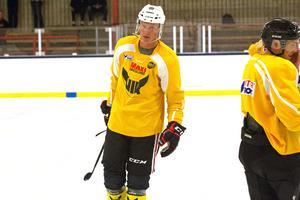 Dennis Rasmussen tränar under sommaren med VIK Hockey
