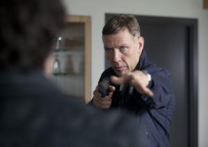 Mikael Persbrandt i aktion. Spelar rollen som Carl Hamilton för andra gången. Men efter tredje filmen sätter han punkt.