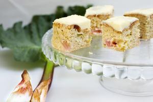 Glöm inte att fira mor. Varför inte baka en rabarberkaka?