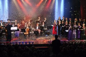 Glitter, feststämning och musik på hög nivå. Det var näst intill fullsatt i Roslagsskolan vid gårdagens nyårskonsert, som bjöd på både tango, wienervals och opera.