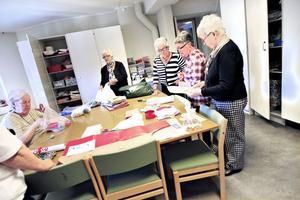 Ett 50-tal frivilliga stickar, syr och väver kläder, mattor och dukar som säljs på julmässan i Sankt Ansgars hus.