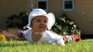 Elvira, 7 månader, tar sig fram i gräset för första gången under påskhelgen. Det var spännande och morfar dokumenterade tillfället.