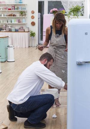 När Shireen Selfelts tårta välte i kylskåpet fick hon hjälp av domaren Johan Sörberg att räta upp den igen.