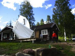 Vindpust. En tromb drog över Sjurby på tisdagen och rev med sig ett partytält som hamnade över taket till bostadshuset. Anna Mattsson fotograferade när grannen rusade till för att rädda vad som rädda kundes. Foto:AnnaMattsson