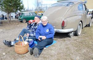 Gammal kärlek rostar aldrig. Volvon är en födelsedagspresent och en kärleksgåva. Mona-Lisa Lindroos fick bilen, en Volvo PV 544, när hon fyllde 40 år av maken Torbjörn. Mona-Lisa och bilen är jämngamla.