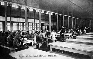 Lenin hade just passerat Stockholm, arbetarna hade gjort uppror i Västervik och en stor ungerdemonstration förbereddes i Västerås. Då, onsdagen den 18 april 1917, reste sig åttonde kompaniet från borden i matsalen och lämnade regementet på Viksäng i protest. Bilden är ett samtida vykort. Året var 1917.