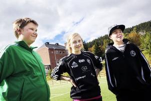 """De flesta eleverna i årskurs 6 på Östbergsskolan gillar idrottslektionerna. Och många idrottar även på fritiden. """"Jag dansar, spelar badminton och snart ska jag börja spela handboll också"""", säger Elliot Westlund. Fr v: Filip Stålhandske, Lina Åberg och Elliot Westlund."""