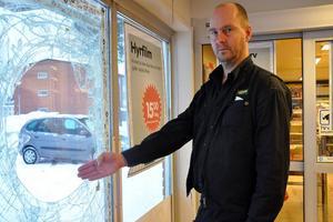 En annan mindre rolig händelse inträffade den 23 januari 2012: Leif Nilsson, butiksägare vid Tempo i Bredsand såg när snattaren krossade rutan med en bänk för att sedan försvinna från platsen. Innan hade mannen också dragit kniv mot honom.