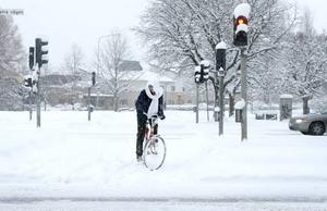 HÅLL I STYRET. Det var ett långsammare tempo hos cyklisterna och bilförarna i morse. Här syns Hanna Hammarlund.