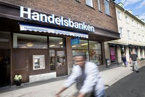Pengarna i bankfacket ska ha försvunnit vid Svenska Handelsbankens kontor på Långgatan i centrala Bollnäs. Det är oklart varför mannen förvarat pengarna löst i stället för att ha dem insatta på ett konto.