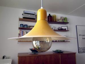 Kökslampa i gul plåt.