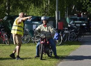 Det blev så många fordon att till och med mopeder behövde dirigeras. Karl Johansson pekar ut rätta riktningen.