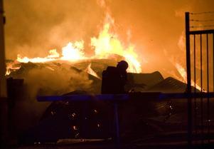 Virkeslager i lågor. Natten till den 23 juni brann ett stort virkes-lager på Mobergs bygghandel upp. Värden för miljoner gick upp i rök i den anlagda branden. Trots att bygghandeln låg inbäddad i bebyggelse i centrala Nora klarade sig både människor och intill-liggande hus undan lågorna.Arkivbild: Håkan Ekebacke