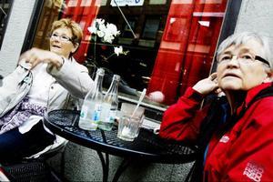 Yvonne Ekman och Berit Andersson tycker inte att det ska införas ett rökförbud på uteserveringar.