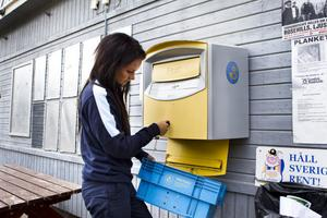 I Linn Färnlunds arbetsuppgifter ingår det också att tömma brevlådorna runt omkring i kommunen. I Tallåsen gick tömningen undan, där fanns det nämligen inte särskilt mycket post som väntade.