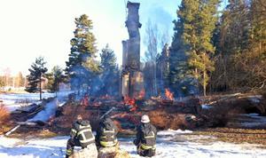 Huset fick brinna ned till grunden under övervakning av räddningstjänstens personal.