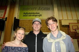Amanda Värjö, innebandy, och Fredrik Wieser, ishockey, fick ta emot var sitt stipendium från Nicklas Bäckström, för framstående insatser både som elever och idrottare.