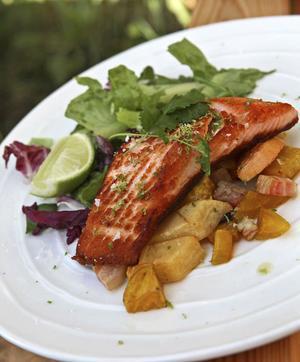 Svenska rotsaker och asiatiska kryddor går förvånansvärt bra ihop med stekt lax.