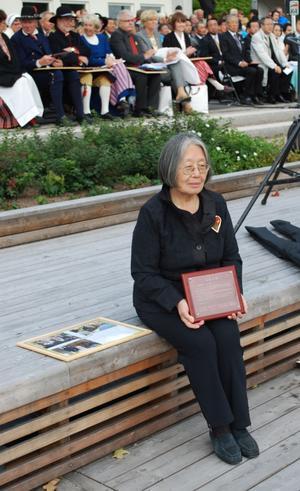 Keiko Larsson fick hedersdiplom för sitt mångåriga arbete som en betydande länk mellan Leksand och Tobetsu.