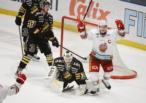 Så här glad blir man om man heter Samuel Påhlsson och gör mål i sudden death. Modos lagkapten höll sig framme och rakade in 1–0 borta mot AIK – och ordnade därmed Modos femte raka seger.