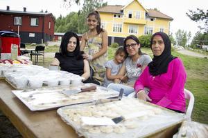 Kakor och bakverk serverades också och hade bakats av Tulin, Nsrin, Gufran och Manal.