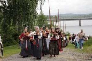 Järvsö spelmanslag vann Spelmansslaget på Delsbostämman. Här är de på väg mot Järvsö kyrka på midsommardagen. Arkivbild.