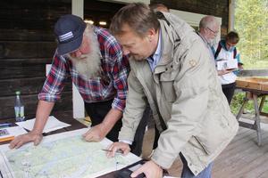 Lars-Erik Jansson och Bosse Ulfhielm gick igenom en karta över Skog och tittade efter fyndplatser.