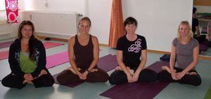 Yoga för hela slanten var det i Sveg för den här kvartetten. Från vänster Hanna Svenningsson, Ann Arnesson, Belinda Persson och Carina Kristoffersson. Foto: Leif Eriksson