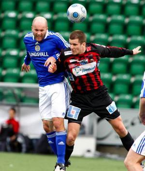 Tim Andersson går axel mot axel med  Jonas Wallerstedt.