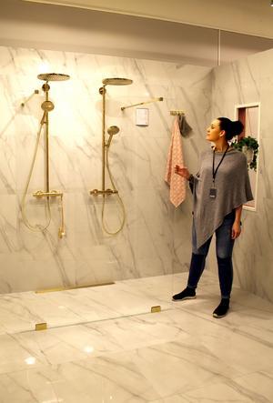 Ett badrum i vit marmor eller klinker som ser ut som marmor är mångas dröm. Catharina Molin visar alternativ på OAZO.