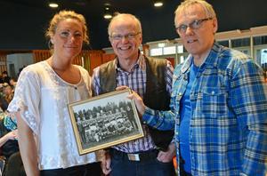 Emma Igelström guidades i Malung av ett par av pappa Björns gamla idrottskamrater från Malungstiden, Sten-Inge Eriksson och Christer Busk som visade bilder och berättade minnen.