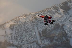 Så här ser det ut när en tomte hoppar. Lars Eklund tog med sig kameran när han tomtehoppade på julafton i fjol.