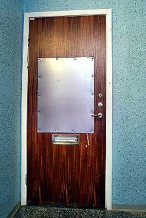 37-åringen sågade upp ett hål i ytterdörren med en motorsåg. Foto: Leif Jäderberg
