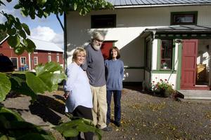 VÄLKOMNA! Initiativtagare Ulrika Holmgren tillsammans med utställarna Sven Göthe och Gunilla Westling på Mårtensgård där det är stort jippo i helgen. Byborna vill visa hur levande bygden är och arrangerar därför två dagar fullspäckade med aktiviteter.