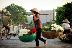 Gatuförsäljare på en liten blomstermarknad i Hanoi.
