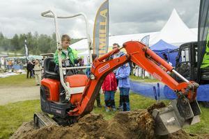 Erik Sundqvist från Ludvika prövade köra grävmaskin, en av flera barnaktiviteter.