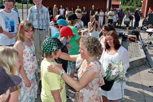 KRAMAR. Fröken... kramar om sina elever i klass 5 på Sörgärdet. Nu lämnar eleverna skolan för att börja sjätteklass på Älvboda friskola och Rotskärsskolan i Skutskär.