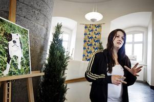 Daniella Öberg har gjort ett collage där hon med pappersbitar från tidningsmagasin klistrat ihop och skapat en bild. - Min systers hund får mig att tänka på Örebro. Därför gjorde jag ett porträtt av Takida där jag med bilden vill belysa Örebros vackra grönområden och parker staden har, säger hon.
