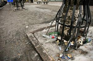 Fortfarande under måndagsförmiddagen låg bland annat tomma öl- och alkoläskflaskor kvar i närheten av apoteket. Det är fastighetsägarna som har ansvar för trottoarstädningen.
