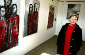 I garaget. Inga-Mari Ahlgren togs emot besökarna i ett dubbelgarage som fungerade som utställningsrum hemma på gården i Hysta.