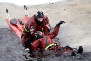 Bygdén har trillat i det svinkalla vattnet. Han måste hjälpas upp till värme och trygghet.